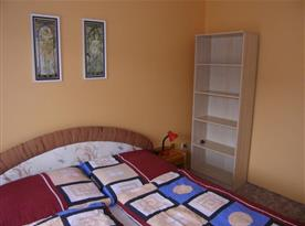 Pokoj A s manželskou postelí a policemi