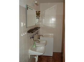 Koupelna v přízemí, 2 umyvadla, sprchový kout