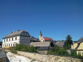 Pohled na dům a okolí