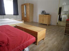 Apartmán A Přízemí - Pokoj s lůžky, skříní, komodou a televizí