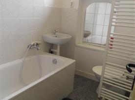 Apartmán A Přízemí - Koupelna s toaletou, vanou a umývadlem