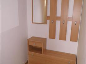 Apartmán A Přízemí - Předsíň s věšákovou stěnou, zrcadlem a botníkem