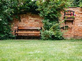 Lavička na zahradě