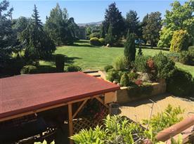 Zahrada s bazénem, ohništěm, posezením a dostatkem relaxačních ploch