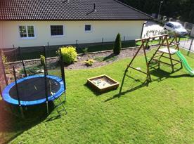 Pohled z ložnice na dětské hřiště