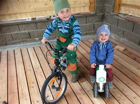 děti jsou ve svém živlu, když si mohou hrát a jezdit na kolech (jsme ve slepé ulici s minimálním pohybem aut)