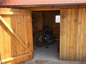 Možnost úschovy kol v uzamykatelné garáži/domku