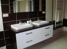 Koupelna s umývadlem a zrcadlem