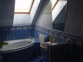 Sociální zařízení s rohovou vanou, umyvadlem a zrcadlem