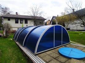 Zastřešený bazén na zahradě
