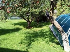 Zahrada se zastřešeným bazénem