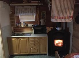 Kuchyňka s krbovými kamny