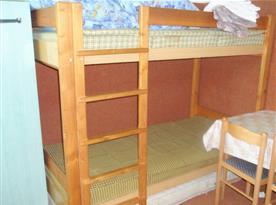 Pokoj v přízemí s patrovou postelí a posezením