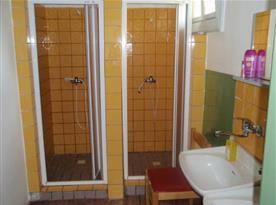 Společné sociální zařízení se sprchovými kouty a umývadlem