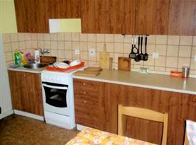Společná kuchyně v 1. patře s linkou, sporákem a jídelním koutem