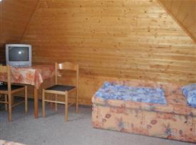 Pokoj v podkroví s lůžky, posezením a televizí