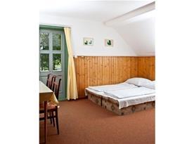Pokoj v patře s lůžky a posezením