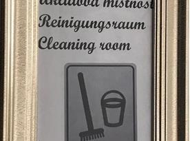 Vstup do úklidové místnosti