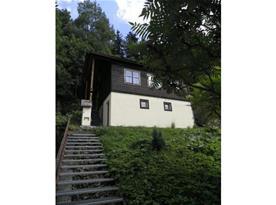 Pohled na chatu s přístupovými schody