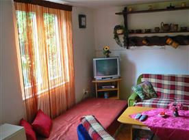 Společenská místnost s posezením a televizí