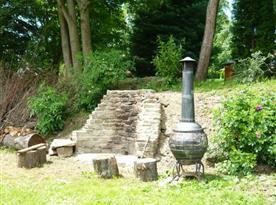 Venkovní posezení v zahradě u grilu