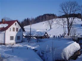 Pohled na objekt a přilehlé okolí v zimě