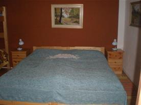 Ložnice vybavena selským nábytkem