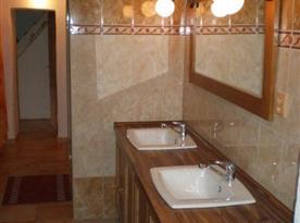 Sociální zařízení s umyvadly a velkým zrcadlem