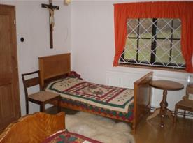 Ložnice se starožitným nábytkem