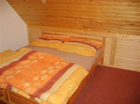 Podkrovní ložnice s manželským lůžkem