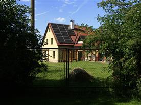 Pohled na dům od vrat
