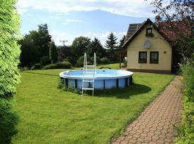 Celkový pohled na dům s nadzemním bazénem
