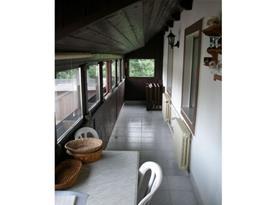 Zaskleněná lodžie v patře s posezením