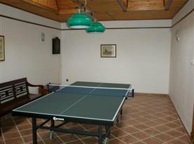 Ping-pongový stůl v herně