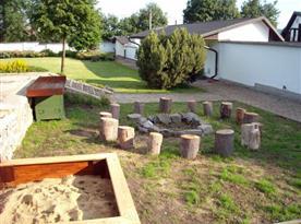Posezení u otevřeného ohniště na zahradě objektu