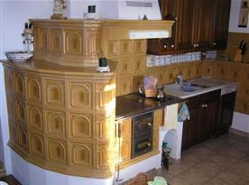 Plně vybavená kuchyně s kachlovými kamny