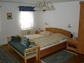 Ložnice v prvním patře s manželským lůžkem