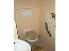 Sociální zařízení s umyvadlem a sprchovým koutem