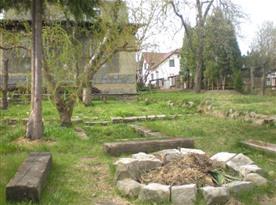 Zahrada s ohništěm a posezením u objektu