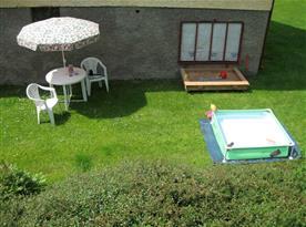 Posezení pro rodiče, pískoviště a bazének