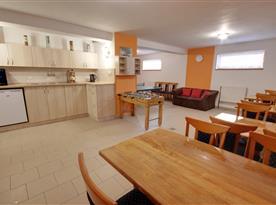Společenská místnost s kuchyní v suterénu