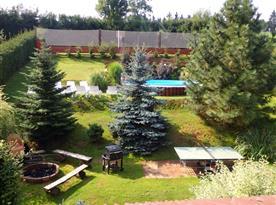 Zahrada s bazénem, hřištěm, stolním tenisem a ohništěm s posezením