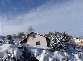 Zimní pohled na objekt a zříceninu hradu