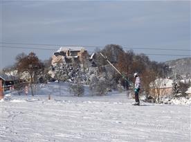 Sjezdovka s pozadím zříceniny hradu