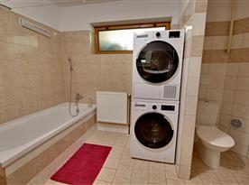 Koupelna s toaletou s pračkou a sušičkou