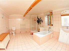 Apartmán v přízemí - prostorná koupelna s vanou a sprchovým koutem