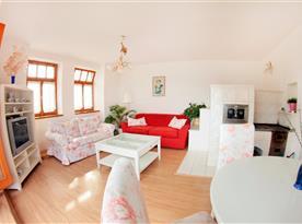 Přízemní apartmán - obývací pokoj se stylovou kachlovou pecí