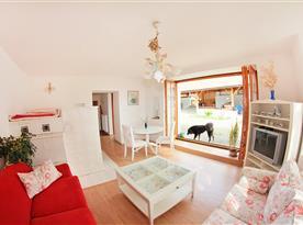 Přízemní apartmán - obývací pokoj s francouzským oknem
