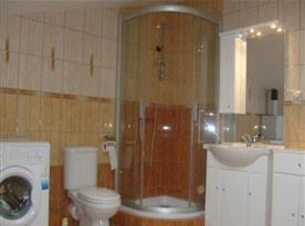 Koupelna se sprchou, umyvadlem a toaletou k apartmánům č. 2 a č. 3
