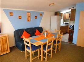 Kuchyně s jídelním koutem v šestilůžkovém apartmánu č. 1